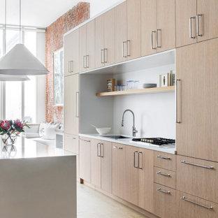 ニューヨークの大きいコンテンポラリースタイルのおしゃれなキッチン (ドロップインシンク、フラットパネル扉のキャビネット、淡色木目調キャビネット、木材カウンター、白いキッチンパネル、大理石の床、シルバーの調理設備の、淡色無垢フローリング、茶色い床、白いキッチンカウンター) の写真