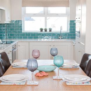 Esempio di una piccola cucina stile marinaro con lavello sottopiano, ante in stile shaker, ante beige, top in marmo, paraspruzzi verde, paraspruzzi con piastrelle in ceramica, elettrodomestici in acciaio inossidabile, pavimento con cementine e nessuna isola