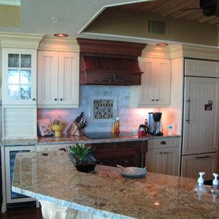 Idéer för mellanstora maritima flerfärgat kök, med en rustik diskho, luckor med lamellpanel, gula skåp, granitbänkskiva, beige stänkskydd, stänkskydd i stenkakel, integrerade vitvaror, mörkt trägolv, en halv köksö och brunt golv