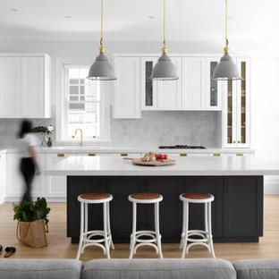 Неиссякаемый источник вдохновения для домашнего уюта: большая угловая кухня-гостиная в стиле современная классика с врезной раковиной, фасадами в стиле шейкер, серыми фасадами, столешницей из кварцевого агломерата, серым фартуком, фартуком из керамической плитки, техникой из нержавеющей стали, светлым паркетным полом, островом, бежевым полом и желтой столешницей