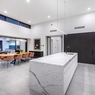 パースの大きいモダンスタイルのおしゃれなキッチン (シングルシンク、落し込みパネル扉のキャビネット、白いキャビネット、大理石カウンター、グレーのキッチンパネル、大理石の床、シルバーの調理設備の、セラミックタイルの床、グレーの床、グレーのキッチンカウンター) の写真
