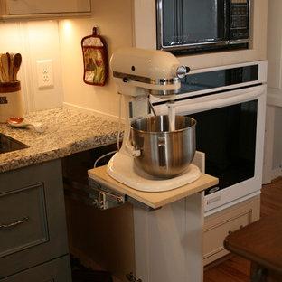 ローリーの小さいカントリー風おしゃれなキッチン (アイランドなし、白いキャビネット、御影石カウンター、マルチカラーのキッチンパネル、シルバーの調理設備、ダブルシンク、無垢フローリング、フラットパネル扉のキャビネット) の写真