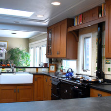 Traditional Kitchen by Bizios Architect
