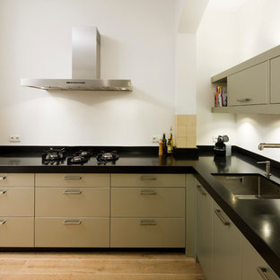 Contemporary kitchen pictures - Inspiration for a contemporary kitchen remodel in New York