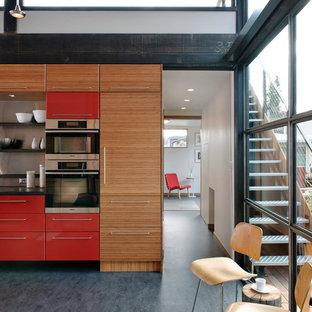 Industrial Küche mit roten Schränken in Seattle