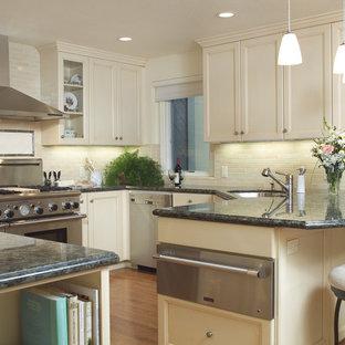 Esempio di una cucina ad U classica con ante con riquadro incassato, elettrodomestici in acciaio inossidabile, top in granito, lavello sottopiano, ante beige, paraspruzzi beige e paraspruzzi con piastrelle diamantate