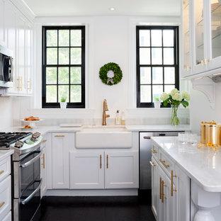 Klassisk inredning av ett avskilt parallellkök, med bänkskiva i kvartsit, vitt stänkskydd, stänkskydd i tunnelbanekakel, rostfria vitvaror, målat trägolv, skåp i shakerstil, vita skåp, en rustik diskho och svart golv