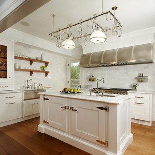 デトロイトのトラディショナルスタイルのおしゃれなキッチン (シルバーの調理設備の、エプロンフロントシンク、シェーカースタイル扉のキャビネット、白いキャビネット、大理石カウンター、白いキッチンパネル、磁器タイルのキッチンパネル、無垢フローリング) の写真