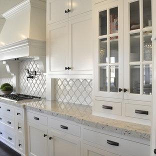 Foto på ett stort amerikanskt kök och matrum, med luckor med glaspanel, vita skåp, granitbänkskiva, vitt stänkskydd, stänkskydd i keramik, rostfria vitvaror, mörkt trägolv och en köksö