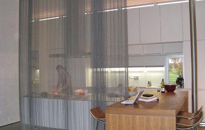 Lek med gardiner i köket