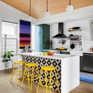 На фото: параллельная кухня среднего размера в современном стиле с раковиной в стиле кантри, фасадами в стиле шейкер, зелеными фасадами, столешницей из кварцевого агломерата, светлым паркетным полом, островом, белой столешницей, черной техникой, бежевым полом и деревянным потолком с