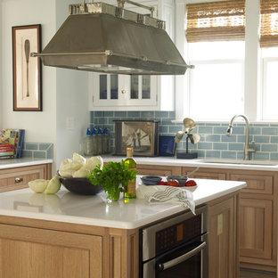 Пример оригинального дизайна: кухня среднего размера в морском стиле с обеденным столом, двойной раковиной, фасадами с декоративным кантом, светлыми деревянными фасадами, мраморной столешницей, синим фартуком, фартуком из плитки кабанчик, техникой из нержавеющей стали и островом