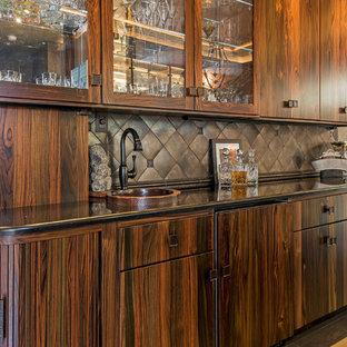 他の地域の広いコンテンポラリースタイルのおしゃれなキッチン (アンダーカウンターシンク、フラットパネル扉のキャビネット、中間色木目調キャビネット、コンクリートカウンター、マルチカラーのキッチンパネル、シルバーの調理設備、セラミックタイルの床、グレーの床) の写真