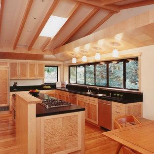 サンフランシスコのアジアンスタイルのおしゃれなキッチン (アンダーカウンターシンク、シェーカースタイル扉のキャビネット、中間色木目調キャビネット) の写真