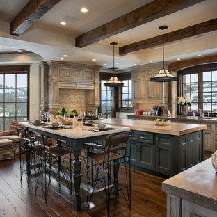 Urige Wohnküche in U-Form mit Schrankfronten mit vertiefter Füllung, grauen Schränken, Arbeitsplatte aus Holz und Küchenrückwand in Grau in Sonstige