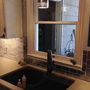 オースティンの中くらいのエクレクティックスタイルのおしゃれなキッチン (アンダーカウンターシンク、フラットパネル扉のキャビネット、白いキャビネット、コンクリートカウンター、マルチカラーのキッチンパネル、ボーダータイルのキッチンパネル、シルバーの調理設備、濃色無垢フローリング、茶色い床) の写真