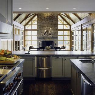 バーリントンの広いラスティックスタイルのおしゃれなキッチン (アンダーカウンターシンク、緑のキャビネット、シルバーの調理設備、濃色無垢フローリング、シェーカースタイル扉のキャビネット、ソープストーンカウンター) の写真