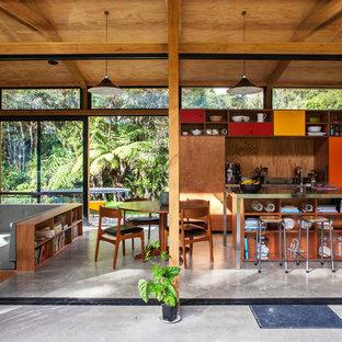 Offene, Einzeilige Moderne Küche mit Edelstahl-Arbeitsplatte und Betonboden in Auckland