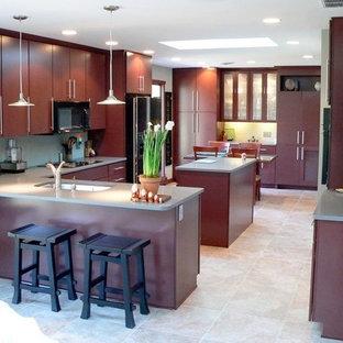他の地域のアジアンスタイルのおしゃれなキッチン (ダブルシンク、フラットパネル扉のキャビネット、濃色木目調キャビネット、人工大理石カウンター、セラミックタイルの床) の写真