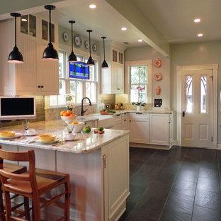 ボルチモアの中サイズのヴィクトリアン調のおしゃれなキッチン (エプロンフロントシンク、シェーカースタイル扉のキャビネット、白いキャビネット、大理石カウンター、グレーのキッチンパネル、サブウェイタイルのキッチンパネル、シルバーの調理設備の、スレートの床、グレーの床) の写真