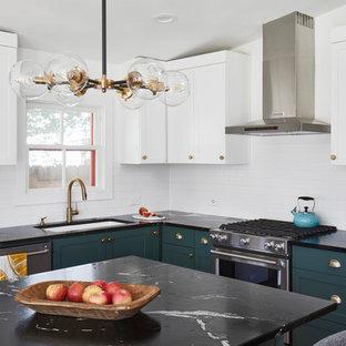 オースティンの中サイズのエクレクティックスタイルのおしゃれなキッチン (アンダーカウンターシンク、シェーカースタイル扉のキャビネット、緑のキャビネット、ソープストーンカウンター、白いキッチンパネル、セラミックタイルのキッチンパネル、シルバーの調理設備の、無垢フローリング、茶色い床、黒いキッチンカウンター) の写真