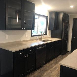 Zweizeilige, Mittelgroße Moderne Wohnküche mit Schrankfronten im Shaker-Stil, dunklen Holzschränken, Quarzwerkstein-Arbeitsplatte, Vinylboden, buntem Boden und grauer Arbeitsplatte in Seattle