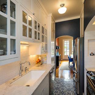 Idéer för att renovera ett avskilt medelhavsstil parallellkök, med luckor med glaspanel, en enkel diskho, rostfria vitvaror och stänkskydd i tunnelbanekakel