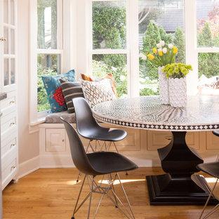 シアトルの中サイズのヴィクトリアン調のおしゃれなキッチン (ドロップインシンク、フラットパネル扉のキャビネット、白いキャビネット、木材カウンター、グレーのキッチンパネル、シルバーの調理設備の、淡色無垢フローリング) の写真
