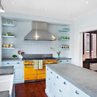 Klassische Wohnküche in U-Form mit Landhausspüle, Schrankfronten im Shaker-Stil, blauen Schränken, Betonarbeitsplatte und bunten Elektrogeräten in Chicago