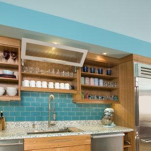 Inspiration för ett stort funkis turkos linjärt turkost kök med öppen planlösning, med en undermonterad diskho, öppna hyllor, skåp i ljust trä, bänkskiva i återvunnet glas, blått stänkskydd, stänkskydd i tunnelbanekakel, rostfria vitvaror, mellanmörkt trägolv och en köksö