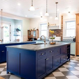 サンルイスオビスポの大きいエクレクティックスタイルのおしゃれなキッチン (ダブルシンク、シェーカースタイル扉のキャビネット、青いキャビネット、マルチカラーのキッチンパネル、レンガのキッチンパネル、磁器タイルの床、マルチカラーの床、グレーのキッチンカウンター) の写真
