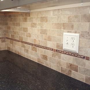 他の地域の大きいエクレクティックスタイルのおしゃれなキッチン (シェーカースタイル扉のキャビネット、クオーツストーンカウンター、竹フローリング、茶色い床) の写真