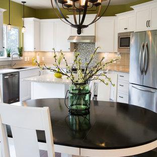 ミルウォーキーの中サイズのエクレクティックスタイルのおしゃれなキッチン (シングルシンク、シェーカースタイル扉のキャビネット、白いキャビネット、木材カウンター、グレーのキッチンパネル、ボーダータイルのキッチンパネル、シルバーの調理設備、濃色無垢フローリング) の写真