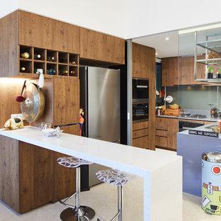 シンガポールのエクレクティックスタイルのおしゃれなキッチン (フラットパネル扉のキャビネット、中間色木目調キャビネット、ベージュの床、グレーのキッチンカウンター) の写真