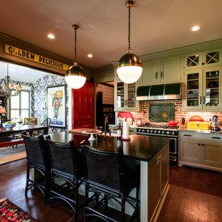 ナッシュビルのトランジショナルスタイルのおしゃれなアイランドキッチン (シェーカースタイル扉のキャビネット、緑のキャビネット、ソープストーンカウンター、茶色いキッチンパネル、無垢フローリング) の写真