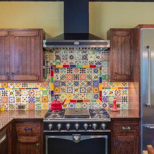 サンフランシスコのエクレクティックスタイルのおしゃれなキッチン (シングルシンク、フラットパネル扉のキャビネット、濃色木目調キャビネット、人工大理石カウンター、マルチカラーのキッチンパネル、モザイクタイルのキッチンパネル、シルバーの調理設備、無垢フローリング、アイランドなし、緑の床、黒いキッチンカウンター) の写真