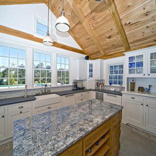 ボストンのエクレクティックスタイルのおしゃれなキッチン (シェーカースタイル扉のキャビネット、エプロンフロントシンク、白いキャビネット、マルチカラーのキッチンパネル、御影石カウンター、青いキッチンカウンター) の写真