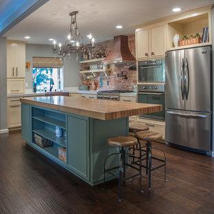 Mittelgroße, Offene Klassische Küche in L-Form mit Landhausspüle, Küchengeräten aus Edelstahl, dunklem Holzboden, Kücheninsel, blauen Schränken, Quarzwerkstein-Arbeitsplatte, Küchenrückwand in Rot und Kassettenfronten in San Francisco