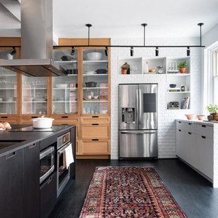 Идея дизайна: огромная кухня-гостиная в стиле фьюжн с врезной раковиной, плоскими фасадами, черными фасадами, столешницей из кварцита, белым фартуком, фартуком из кирпича, техникой из нержавеющей стали, полом из линолеума, островом, черным полом и серой столешницей