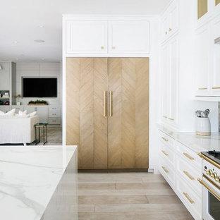 コロンバスの巨大なエクレクティックスタイルのおしゃれなキッチン (インセット扉のキャビネット、白いキャビネット、大理石カウンター、白いキッチンパネル、大理石の床、淡色無垢フローリング、茶色い床、白いキッチンカウンター) の写真