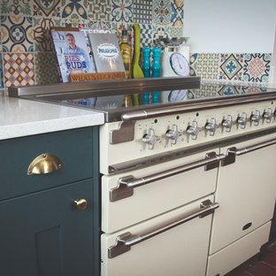 デヴォンのエクレクティックスタイルのおしゃれなキッチン (シェーカースタイル扉のキャビネット、緑のキャビネット、珪岩カウンター、テラコッタタイルの床、オレンジの床) の写真