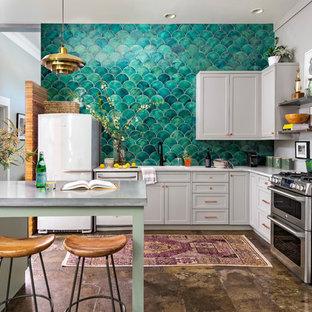 アトランタのエクレクティックスタイルのおしゃれなキッチン (アンダーカウンターシンク、シェーカースタイル扉のキャビネット、グレーのキャビネット、クオーツストーンカウンター、緑のキッチンパネル、セラミックタイルのキッチンパネル、シルバーの調理設備の、コンクリートの床、茶色い床、白いキッチンカウンター) の写真