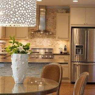 Неиссякаемый источник вдохновения для домашнего уюта: п-образная кухня в современном стиле с техникой из нержавеющей стали, плоскими фасадами, бежевыми фасадами, бежевым фартуком и фартуком из травертина