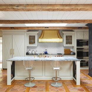 ナッシュビルの中くらいのエクレクティックスタイルのおしゃれなキッチン (落し込みパネル扉のキャビネット、青いキャビネット、白いキッチンパネル、パネルと同色の調理設備、テラコッタタイルの床、オレンジの床、アンダーカウンターシンク、珪岩カウンター、セラミックタイルのキッチンパネル) の写真