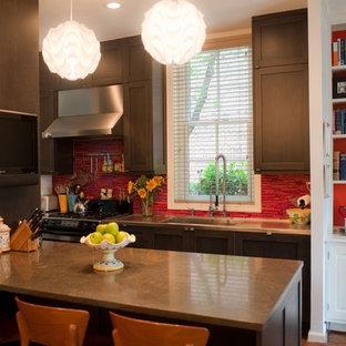 フィラデルフィアのエクレクティックスタイルのおしゃれなII型キッチン (赤いキッチンパネル、ボーダータイルのキッチンパネル、一体型シンク、濃色木目調キャビネット、シェーカースタイル扉のキャビネット) の写真