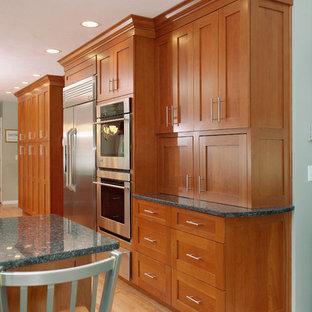 ボストンの大きいエクレクティックスタイルのおしゃれなキッチン (ダブルシンク、シェーカースタイル扉のキャビネット、中間色木目調キャビネット、御影石カウンター、青いキッチンパネル、モザイクタイルのキッチンパネル、シルバーの調理設備、淡色無垢フローリング、アイランドなし) の写真