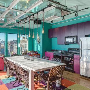 セントルイスの小さいエクレクティックスタイルのおしゃれなキッチン (フラットパネル扉のキャビネット、シルバーの調理設備の、無垢フローリング、紫のキャビネット、アイランドなし、茶色い床) の写真