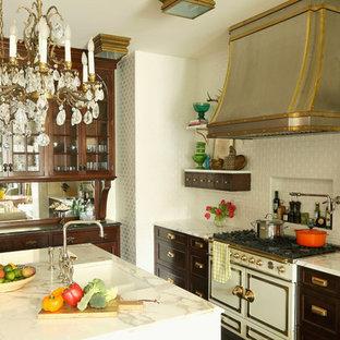 Eklektische Küche mit Glasfronten, dunklen Holzschränken, Küchenrückwand in Weiß, Rückwand aus Metrofliesen und weißen Elektrogeräten in Chicago