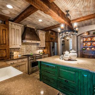 他の地域の大きいラスティックスタイルのおしゃれなキッチン (シルバーの調理設備の、エプロンフロントシンク、シェーカースタイル扉のキャビネット、ヴィンテージ仕上げキャビネット、クオーツストーンカウンター、白いキッチンパネル、磁器タイルのキッチンパネル、磁器タイルの床) の写真