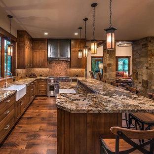 サクラメントのラスティックスタイルのおしゃれなキッチン (エプロンフロントシンク、シェーカースタイル扉のキャビネット、濃色木目調キャビネット、茶色いキッチンパネル、モザイクタイルのキッチンパネル、シルバーの調理設備の、濃色無垢フローリング) の写真